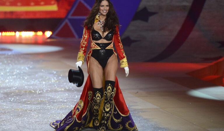 Adriana Lima 2012 Victorias Secret Fashion Show New York (15 photos)