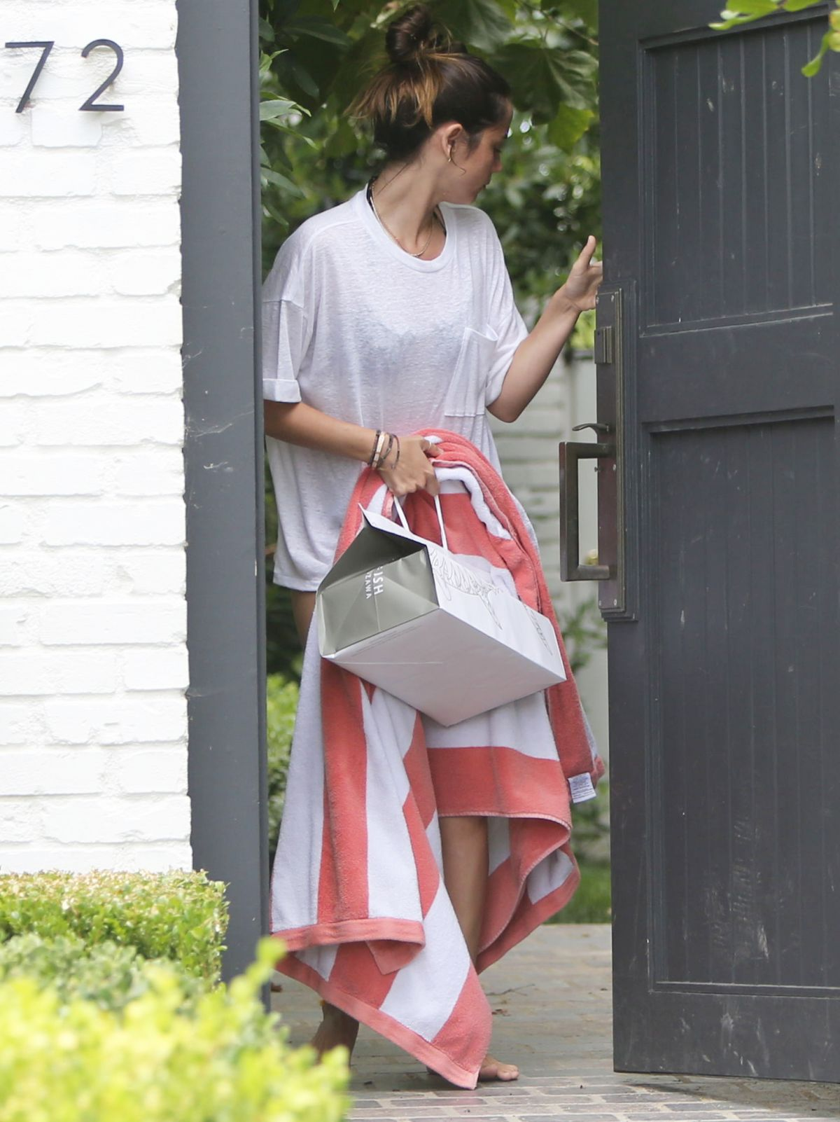 Ana De Armas Geting Food Delivered Her House Brentwood