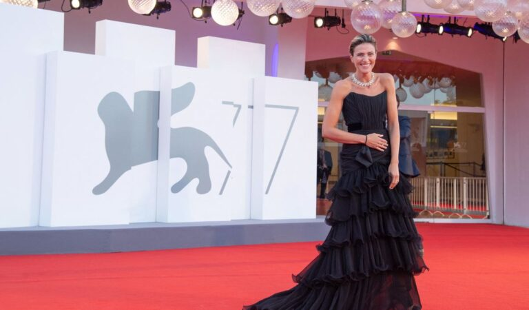 Anna Foglietta Padrenostro Premiere 2020 Venice Film Festival (4 photos)