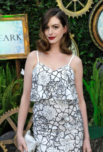 Anne Hathaway Alice Trough Looking Glass Event Ar Roseark Los Angeles