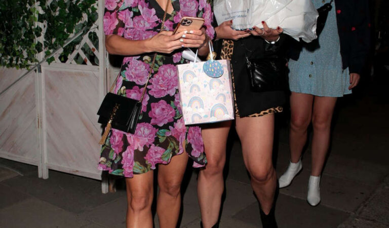 Ashley Roberts Leaves La Famiglia Restaurant London (2 photos)