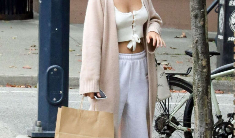 Bailee Madison Out About Vancouver (13 photos2)