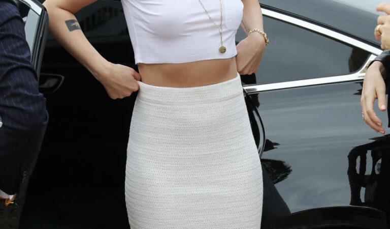 Braless Kristen Stewart (2 photos)