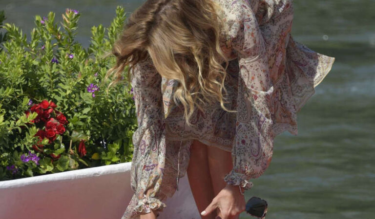 Claudia Gerini Arrives Hotel Excelsior Venice (2 photos)