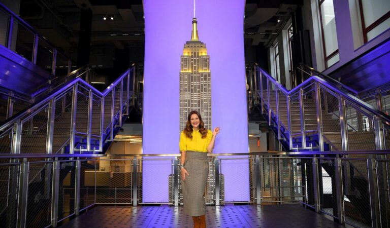 Drew Barrymore Lighting Empire State Building Manhattan (6 photos)