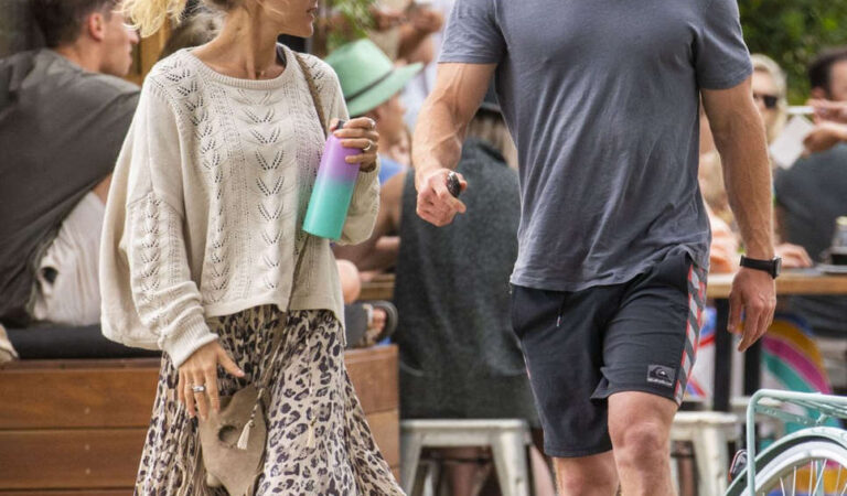 Elsa Pataky Chris Hemsworth Out For Breakfast Byron Bay (3 photos)