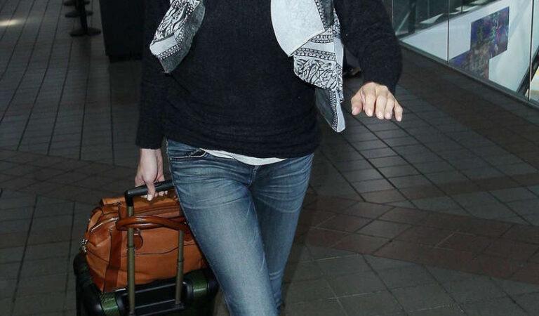 Emily Vancamp Arrives Lax Airport Los Angeles (18 photos)