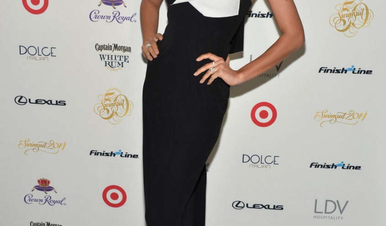 Irina Shayk Sports Illustrated Swimsuit South Beach Soiree Miami (5 photos)
