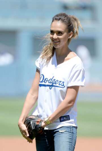 Jessica Alba Throw First Pitch Brewers Vs Dodgers Game Los Angeles