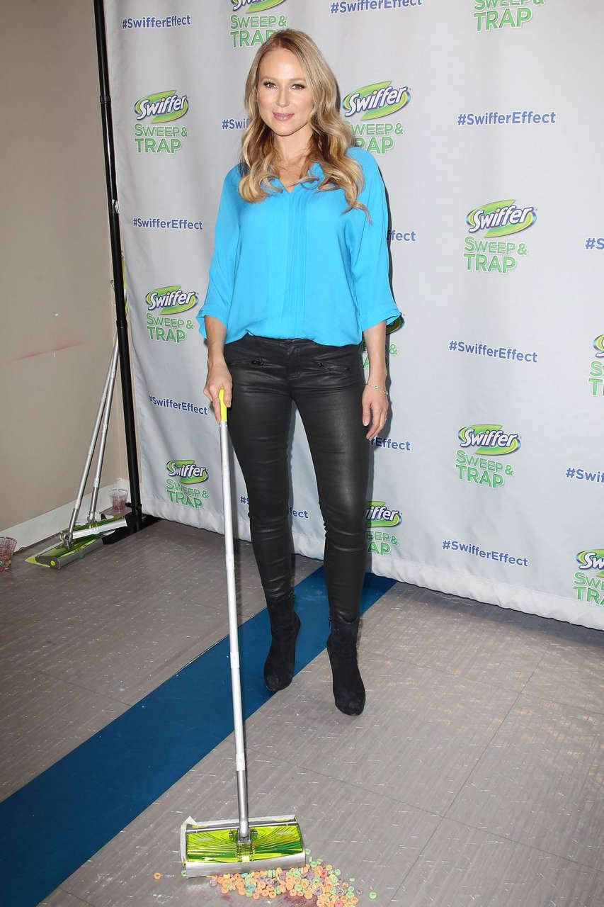 Jewel Celebrates Launch Swiffers New Sweep Trap New York