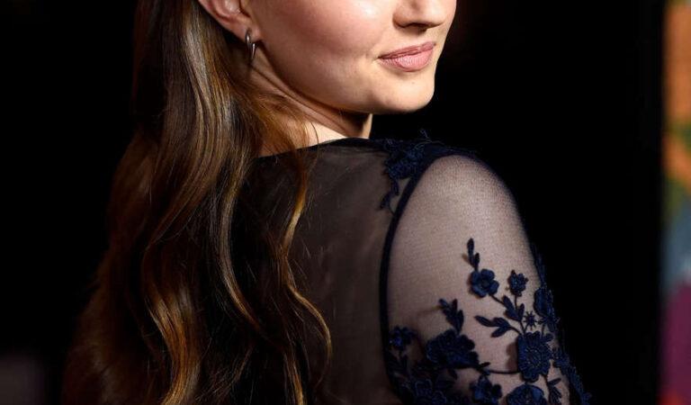 Kaitlyn Dever Men Women Children Premiere Los Angeles (24 photos)