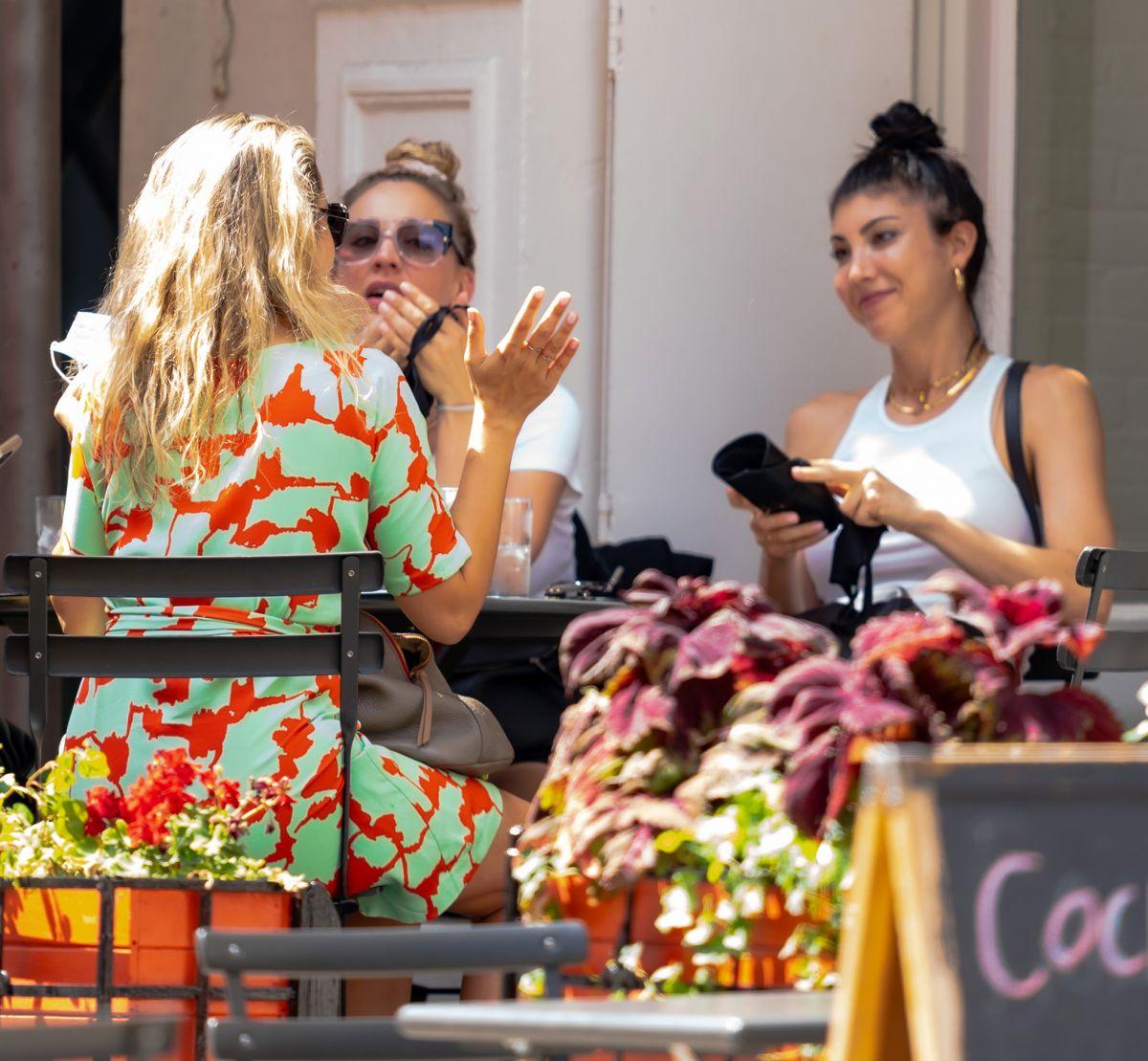 Kaley Briana Cuoco Dining Al Fresco New York