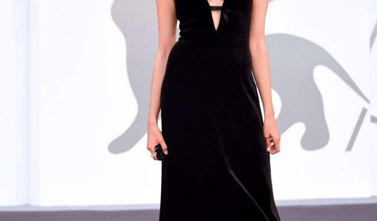 Linda Caridi 77th Venice Film Festival Opening Ceremony (7 photos)