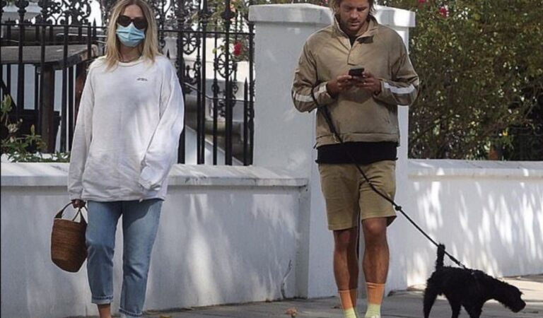Margot Robbie Tom Ackerley Out With Their Dog London (2 photos)