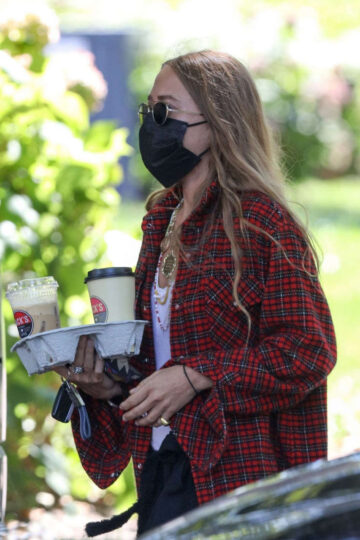 Mary Kate Olsen Out For Coffee New York