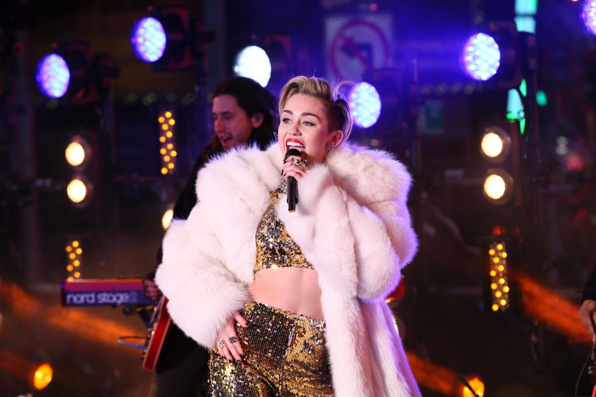 Miley Cyrus Performs Dick Clarks New Years Rockin Eve Ryan Seacrest Los Angeles