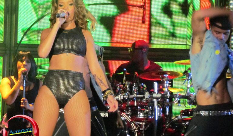 Rihanna Wearing Sexy Bikini Outfit On Stage (1 photo)