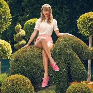 Taylor Swift Sitting Crossedleg